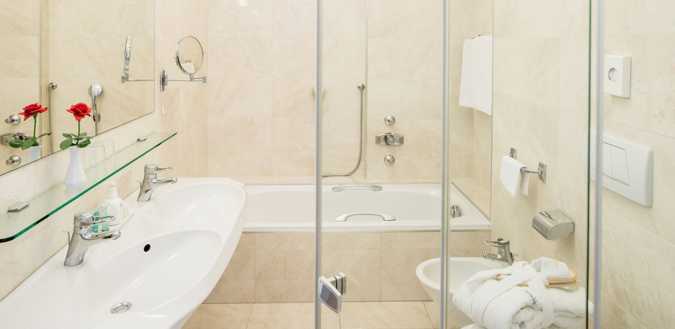 bathroom junior suite, bathtub and shower bathroom in merano city centre, hotel meranerhof