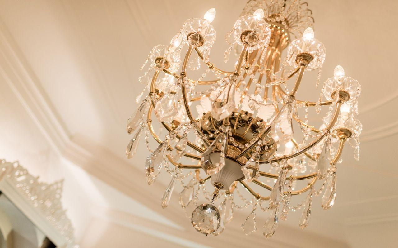 Kronleuchter Für Hotel ~ Glamouröse hotel inspiriert schlafzimmer mit kronleuchter